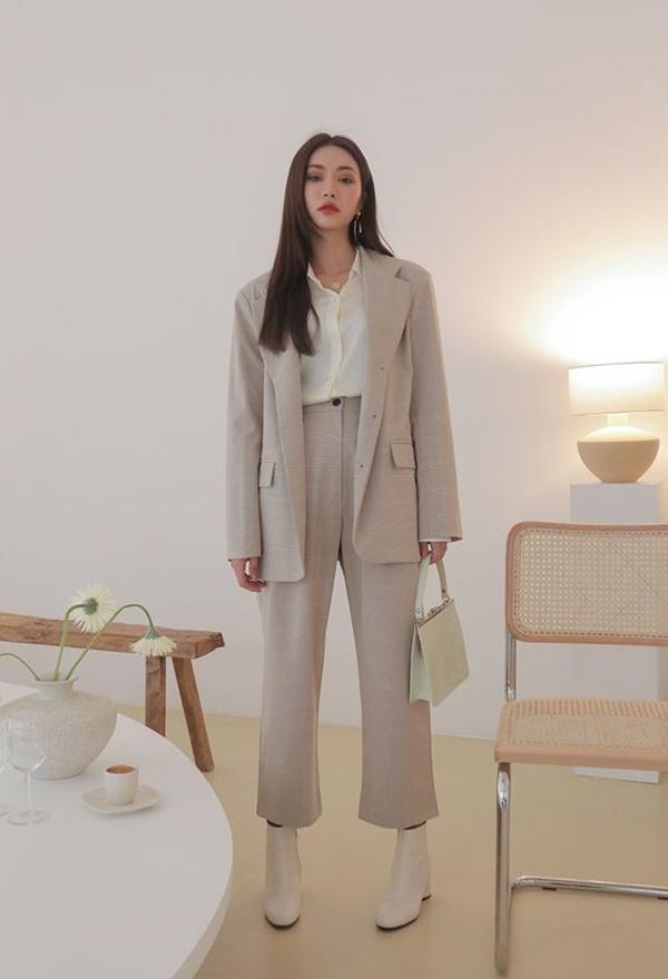 Quần khaki nữ sang trọng và lịch sự khi mix cùng với áo vest